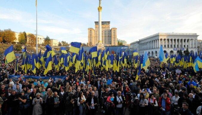 Ukrainā tūkstošiem cilvēku protestē pret karaspēka atvilkšanu no valsts austrumiem