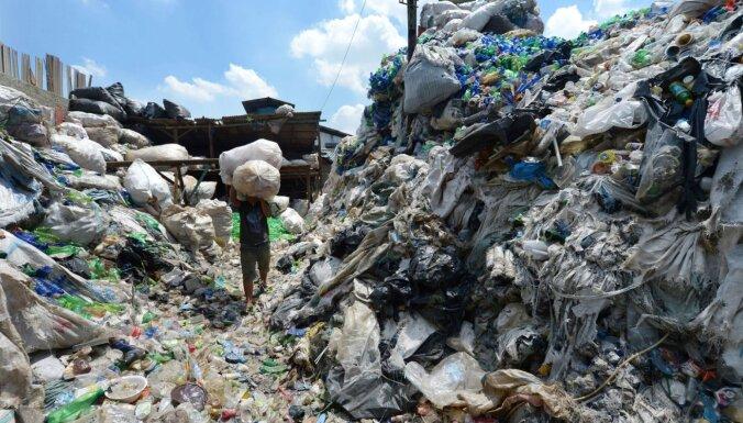 Topošais atkritumu pārstrādes čempions? Pēta baktēriju, kas mielojas ar poliuretāniem
