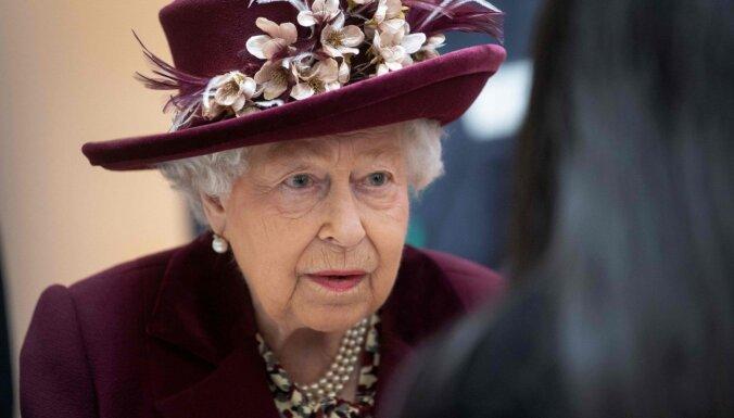 Karaliene Elizabete pamet Londonu, lai pašizolētos Vindzoras pilī