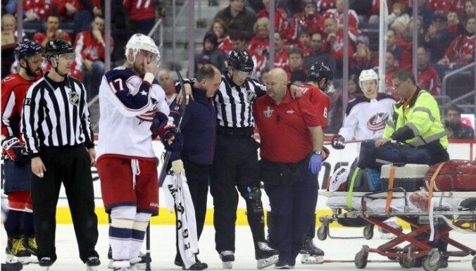 Video: NHL tiesnesis neilgā laikā otro reizi no laukuma nonāk mediķu rokās