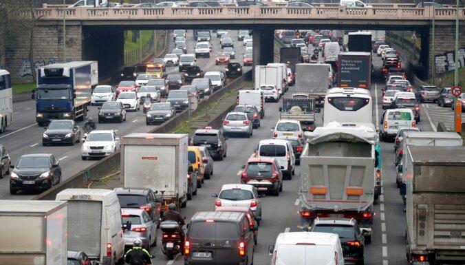 Francijā otro dienu turpinās streiks pret pensiju reformu; paralizēta satiksme