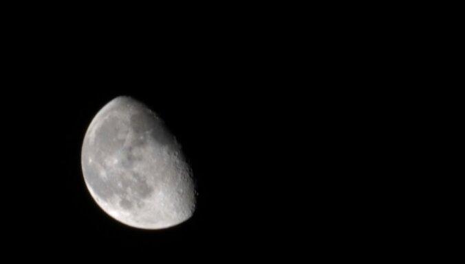 meness aptumsums nakts kosmoss debesis