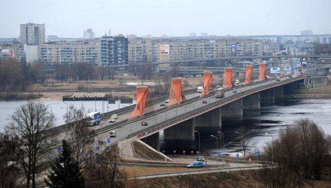 Uz Dienvidu tilta noticis satiksmes negadījums; iesaistītas 18 automašīnas