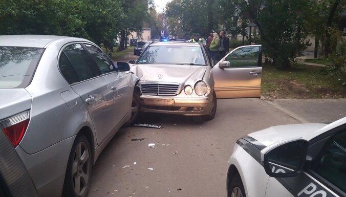 """ФОТО: Пьяный водитель """"Мерседеса"""" разбил восемь машин в Кенгарагсе"""