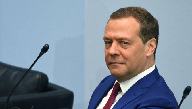 Медведев: вакцинация от коронавируса в России может стать обязательной