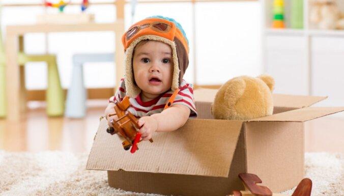 Paštaisītas smiltis un makaronu rotas: astoņas idejas, kā mājās nodarbināt mazuli