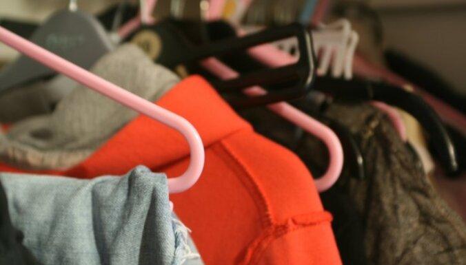 Zīdainis savaino sevi ar drēbju pakaramo