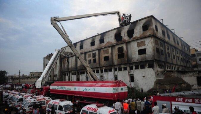 Ugunsgrēkā Pakistānas apģērbu fabrikā vairāk nekā 240 bojāgājušo (14:41)