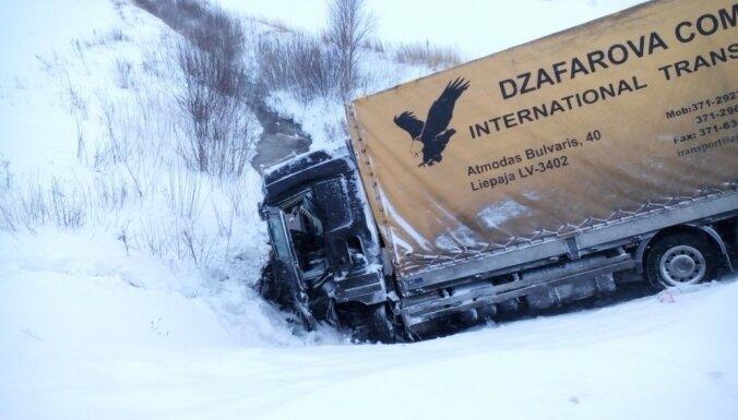 Foto: Uz Liepājas šosejas saduras divi kravas auto