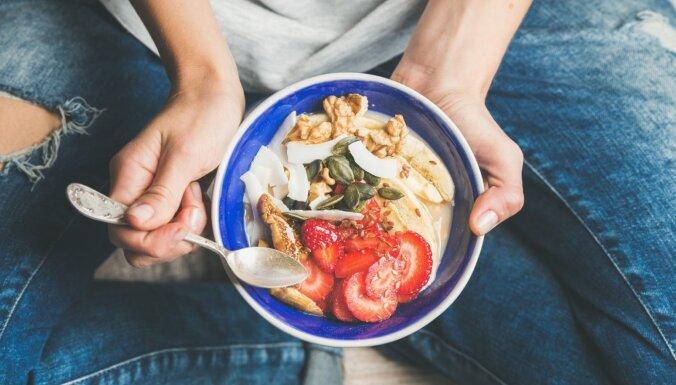 Apēd par daudz, nemaz neapzinoties: kļūdas porciju izvēlē, kuru dēļ svars nekrītas