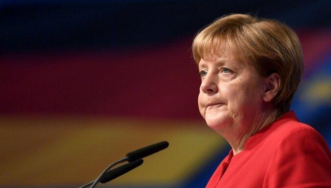Kvalificētu darbinieku trūkuma dēļ Vācija var pieredzēt uzņēmumu aizplūšanu, bažījas Merkele
