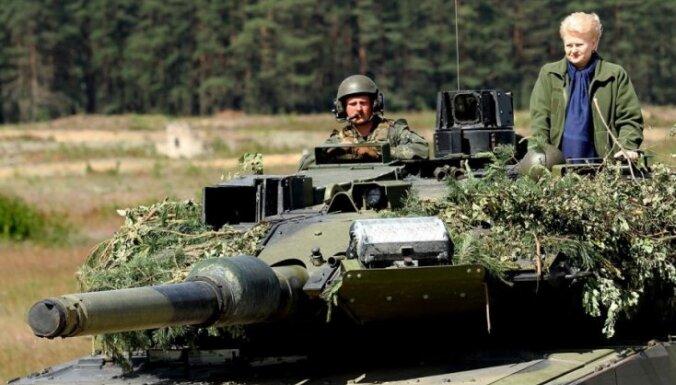 ВИДЕО: президент Литвы Грибаускайте прокатилась на танке