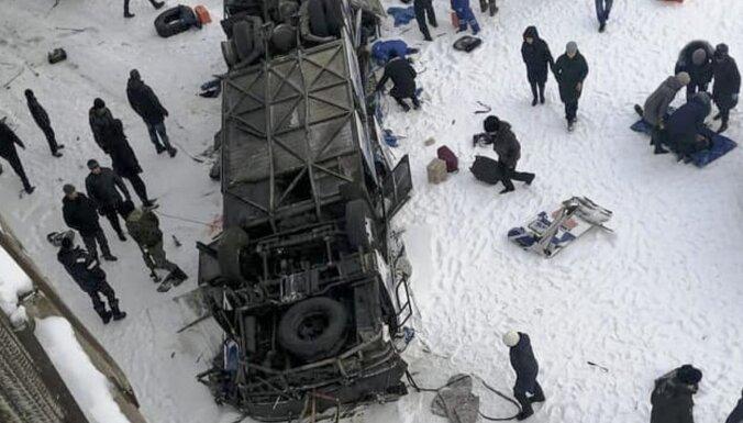Autobusam nogāžoties no tilta, Krievijā gājuši bojā 19 cilvēki