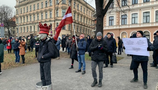 """ФОТО, ВИДЕО. В Риге проходит акция протеста против """"антиковидных"""" мер"""