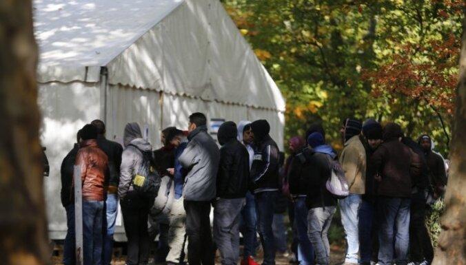 Bēglis Berlīnē gatavo bezpajumtniekiem, lai parādītu, kādi patiesībā ir sīrieši