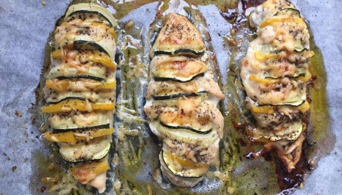 Сочное куриное филе, запеченное с цуккини и сыром