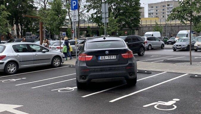 ФОТО: BMW X6 на парковке возле Akropole занял место для инвалидов