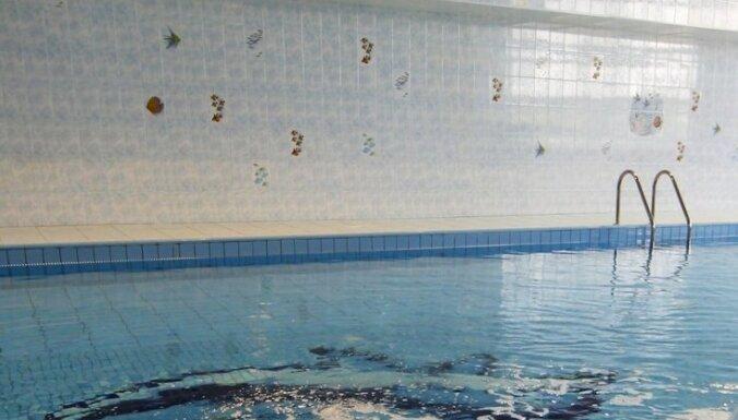 Bērns iekrīt piemājas baseinā un gandrīz noslīkst