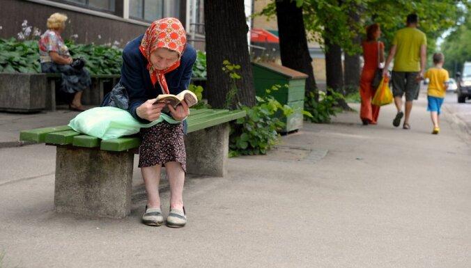 Sieviete sēž uz soliņa.