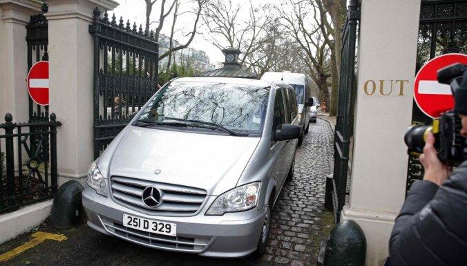 Высланные Британией российские дипломаты покинули посольство в Лондоне