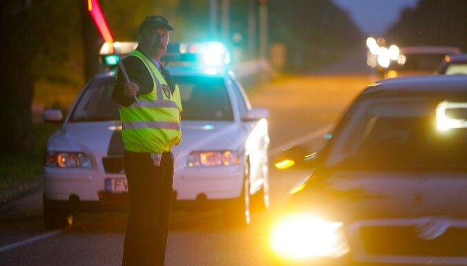 Celu policijas reids uz Siguldas shosejas pie Vangazhiem, kura laika tiek parbaudets vai vadiajs pie automashinas stares nav sedies alkohola reibumaa.