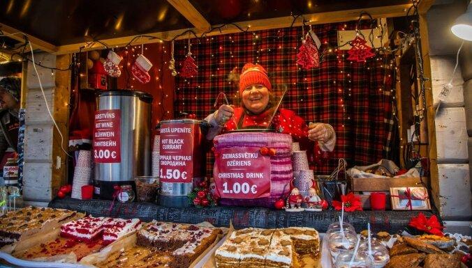 Foto: Kādi gardumi nobaudāmi Doma laukuma Ziemassvētku tirdziņā