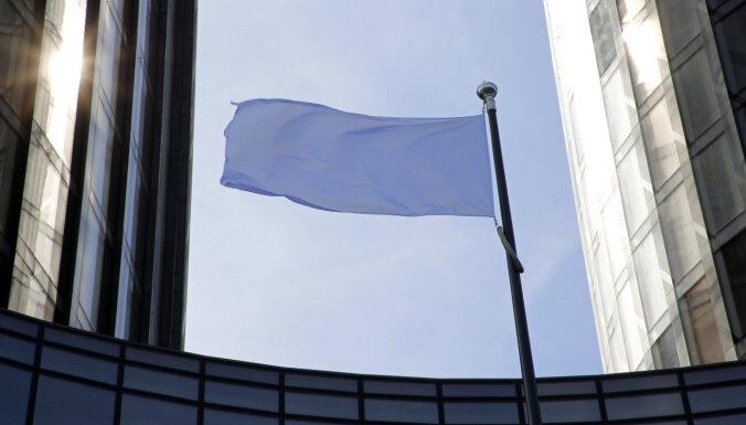 В Риге вывешено 100 белых флагов в знак протеста против новой кадастровой стоимости