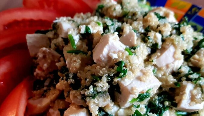 Vistas salāti ar kvinoju, fetu un spinātiem
