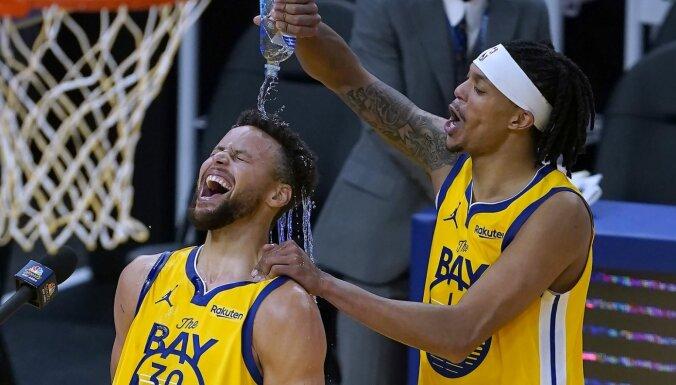 Karijs 'uguņo' un sasniedz karjeras rezultativitātes rekordu; 'Mavericks' nespēj uzvarēt bez savām zvaigznēm