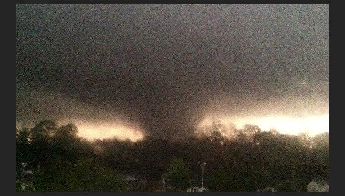 Video: iespaidīgi tornado plosās ASV