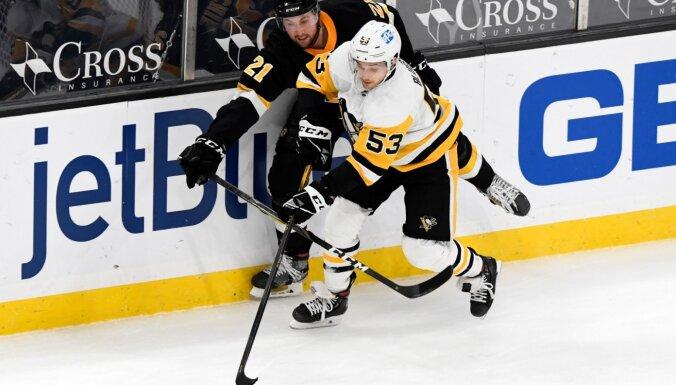 Bļugers un 'Penguins' pagarinājumā zaudē 'Bruins'