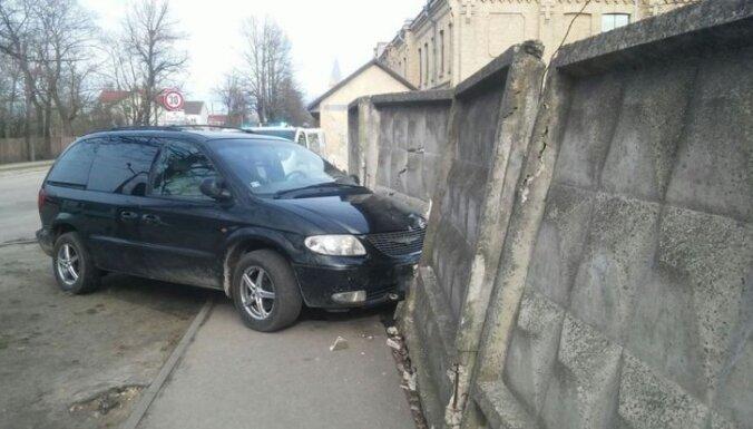 Погоня в Пардаугаве: убегая от полиции, пьяный водитель врезался в стену