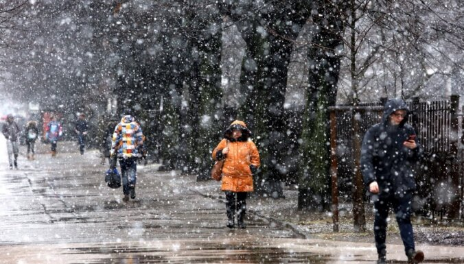 Dienā gaidāms lietus, bet valsts austrumos arī slapjš sniegs