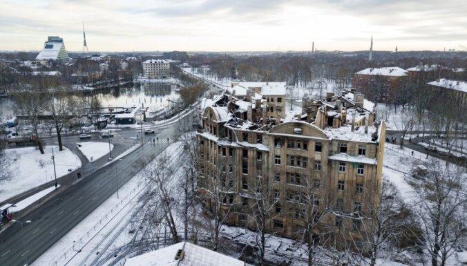 Rīgas dome reorganizē satiksmi pie izdegušā Kalnciema ielas grausta