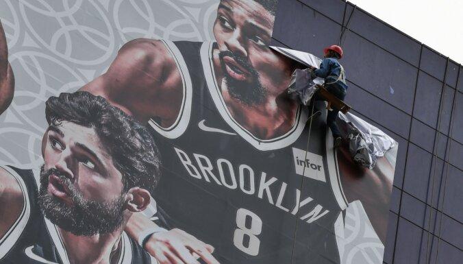 Spriedze starp NBA un Ķīnu pieaug – Šanhajā atcelts līdzjutēju pasākums, apdraudēta spēles norise