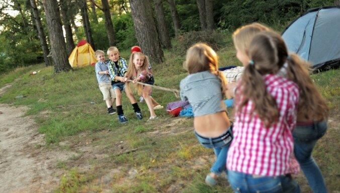 Bērnus no adoptētāju, aizbildņu un audžuģimenēm aicina pieteikt vasaras nometnēm
