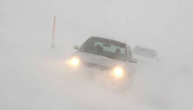 Зима в Европе: 40 человек замерзли, машины вытаскивают из сугробов танками