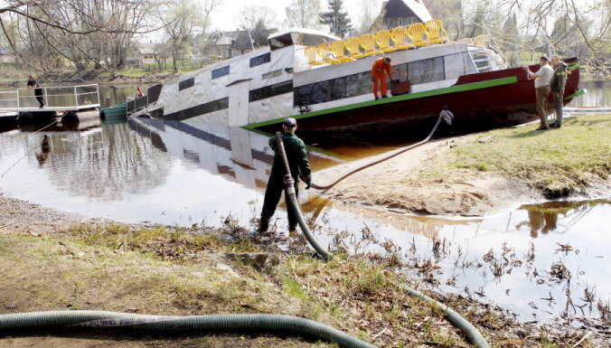 ФОТО: На Кегумском водохранилище пошел ко дну корабль