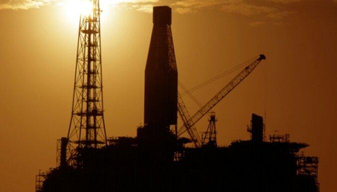 Krietni sarukusi 'Shell' peļņa; naftas gigants vaino zemās cenas