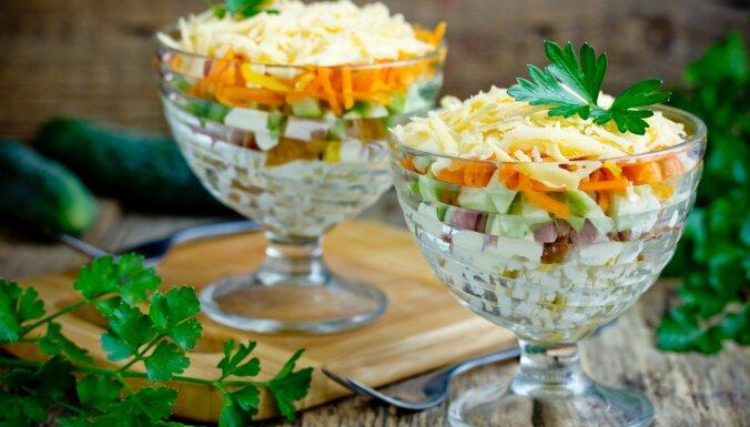 Kārtainie olu salāti ar gurķiem, desu un sieru