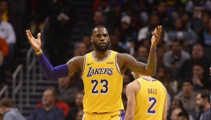 Džeimsam un Bolam pa 'triple-double' 'Lakers' uzvarā pār 'Hornets'