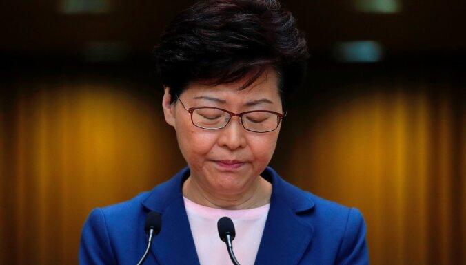 Honkongas līdere protestus izraisījušo izdošanas likumprojektu nosauc par mirušu