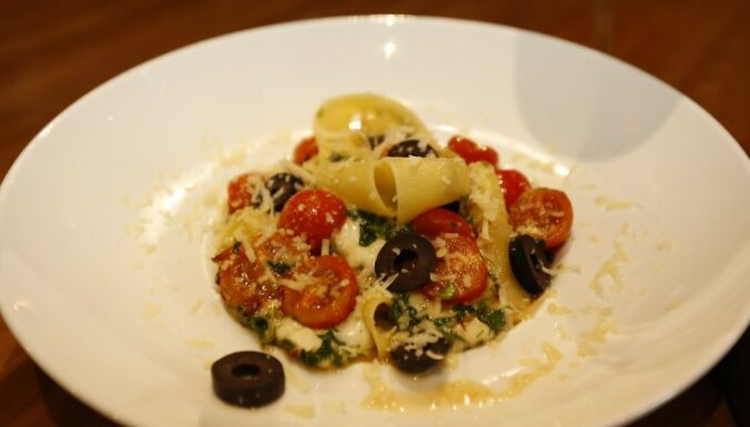 Makaroni ar mocarellu, tomātiem un olīvām