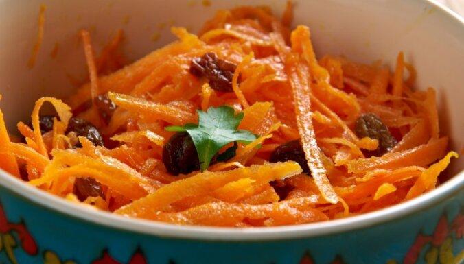 Морковный салат с изюмом, грецкими орехами и имбирным соусом