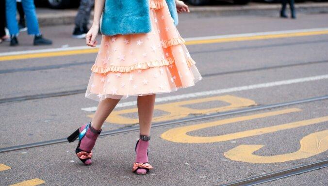 Zeķes sandalēs un apģērbs kārtās – kas aktuāls modē šogad