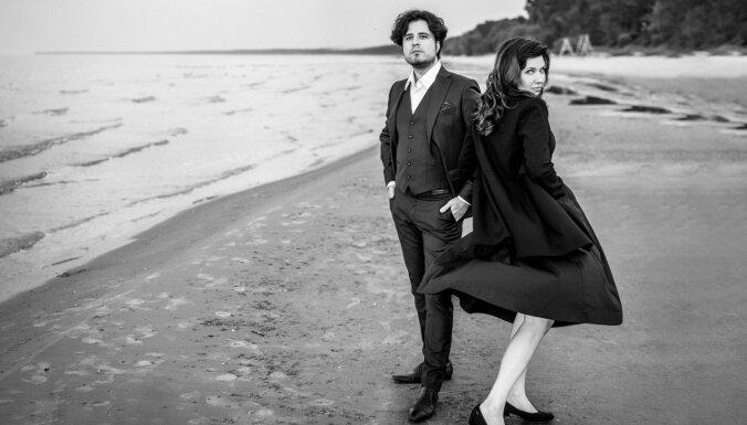 Foto: Marina Rebeka un Andrejs Osokins skaistā fotosesijā gatavojas koncertam Jūrmalā