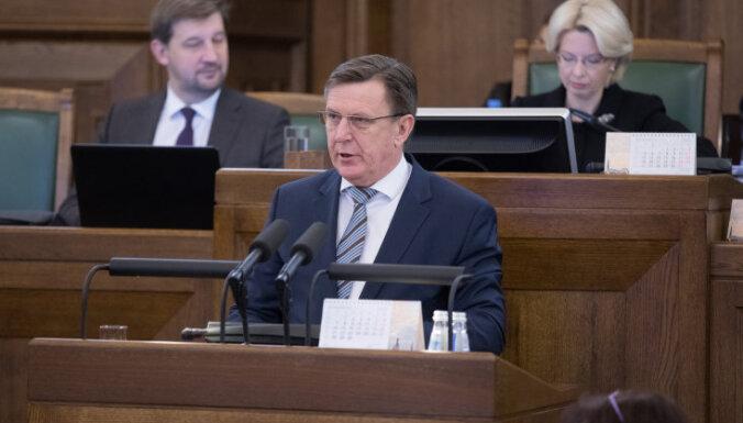 """Отчет Кучинскиса: меньше школ, больше валюты и """"незачет"""" от оппозиции"""