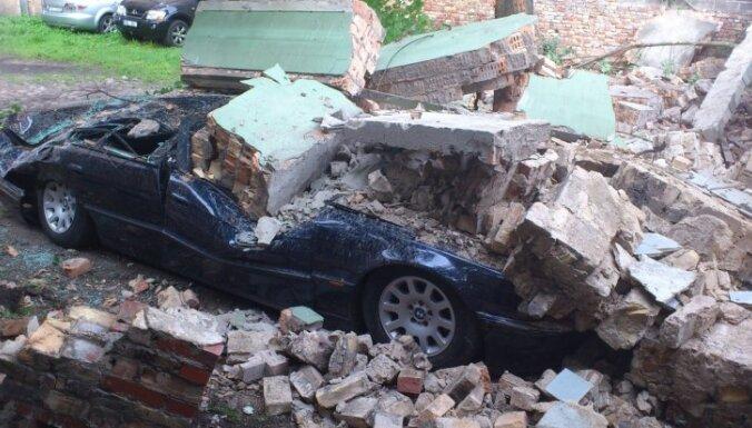 Bruņinieku ielā ķieģeļu siena samīca BMW