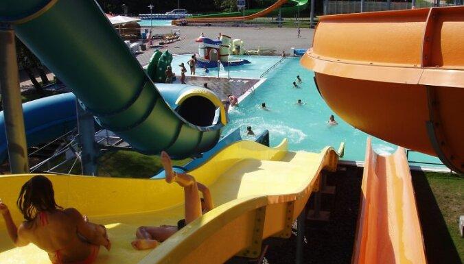 """Aktīvai atpūtai Akvaparks """"Ventspils"""" piedāvā 3 dažādus baseinus. Pie baseiniem ierīkoti 8 un 10 m augsti torņi ar dažādiem slīdkalniņiem – standarta, ģimenes, """"turbo"""", kā arī slīdkalniņu, kas sniedz brīvā kritiena izjūtas un nobraucieniem ar piepūšamajie"""