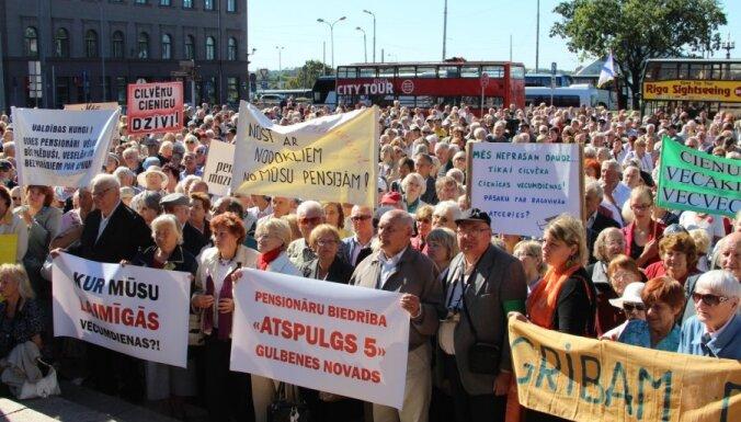 Тысячи возмущенных пенсиoнеров освистали Винькеле (дополнено)